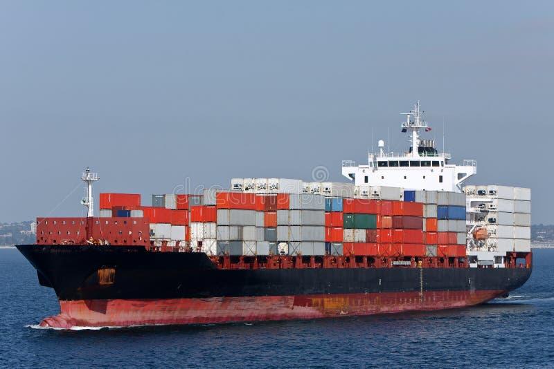 BehälterFrachtschiff in Meer. lizenzfreies stockfoto