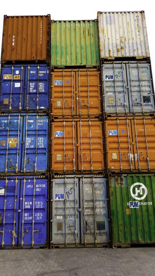 Behälterkasten vom Frachtfrachtschiff für Import-export Am Hafen von Sunda Kelapa auf logistischem Konzept lizenzfreie stockfotos