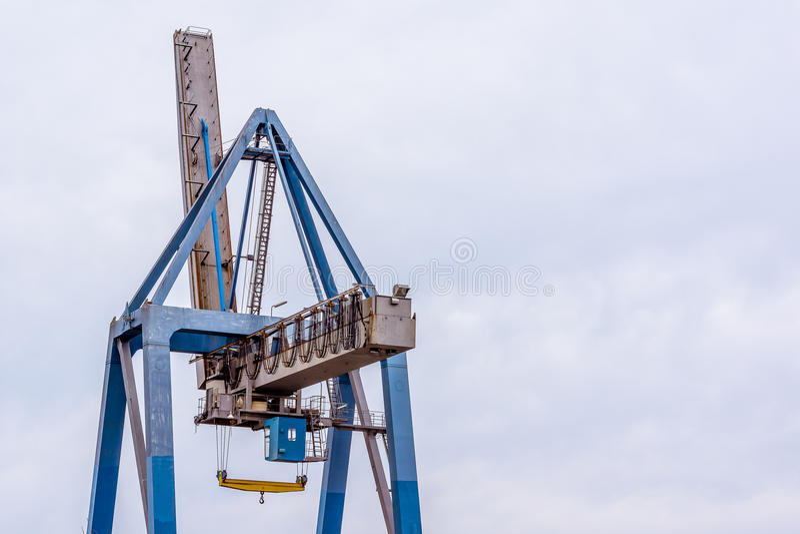 Behälterkran gegen blauen Himmel lizenzfreies stockbild