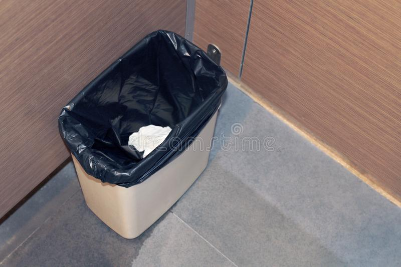 Behälterplastik für Seidenpapierabfall in der Toilette, Mülltonne, Abfalleimer in einer Toilette für Papierschmutziges stockbilder