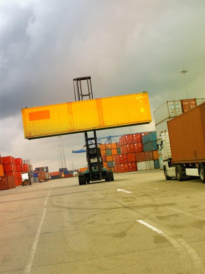 Behältertransportfahrzeug am Hafen lizenzfreie stockbilder