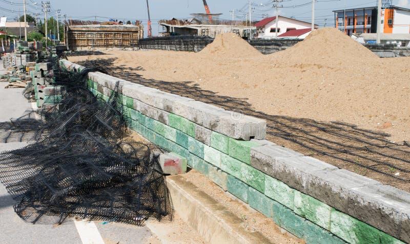 Behållande väggar för svart plast- ingrepp, betongkuber arkivbild