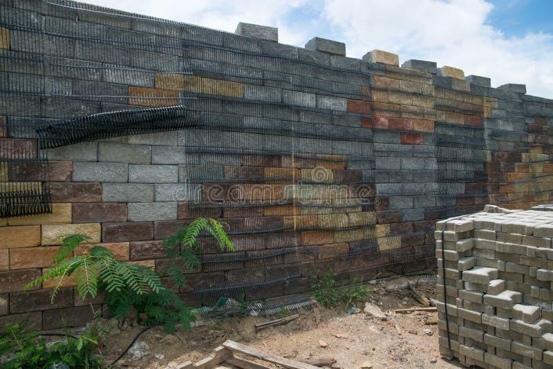 Behållande väggar för svart plast- ingrepp, betongkuber royaltyfri fotografi