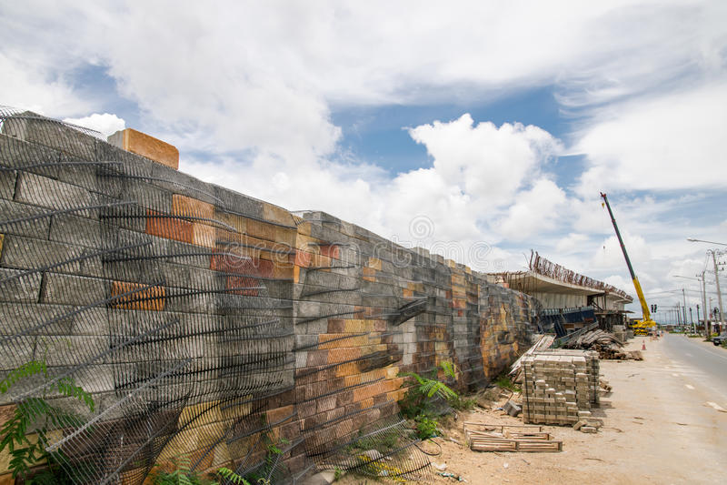 Behållande väggar för svart plast- ingrepp, betongkuber royaltyfri bild