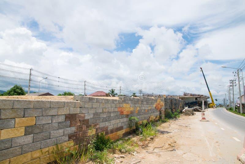 Behållande väggar för svart plast- ingrepp, betongkuber royaltyfria foton