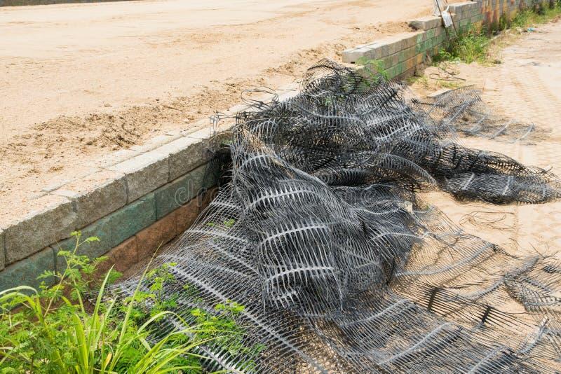 Behållande väggar för svart plast- ingrepp, betongkuber arkivbilder