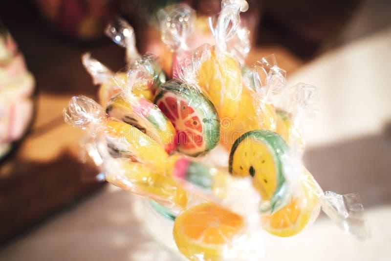 Behållare av smaksatta klubbor för färgrik frukt arkivbilder