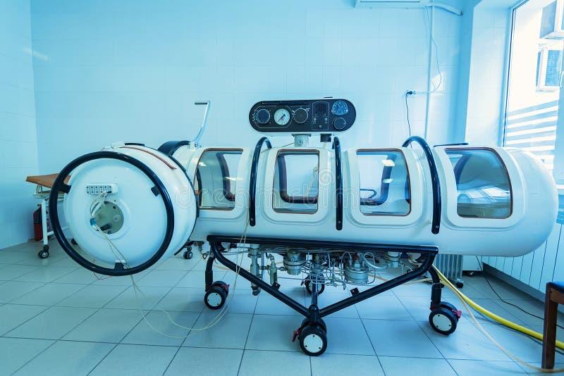Behållare för kammare för terapi för Hyperbaric syre arkivfoton