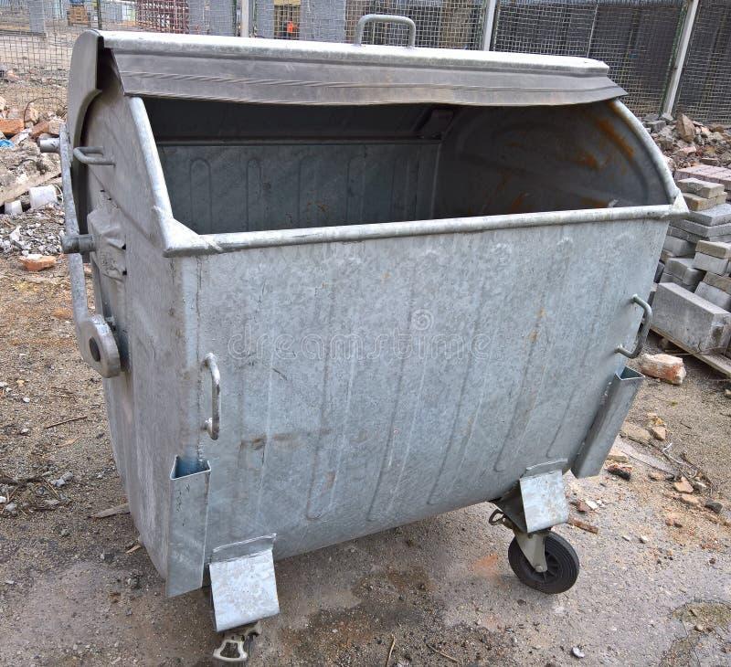 Behållare för metallavskrädeavfall på byggnadsplats arkivbild