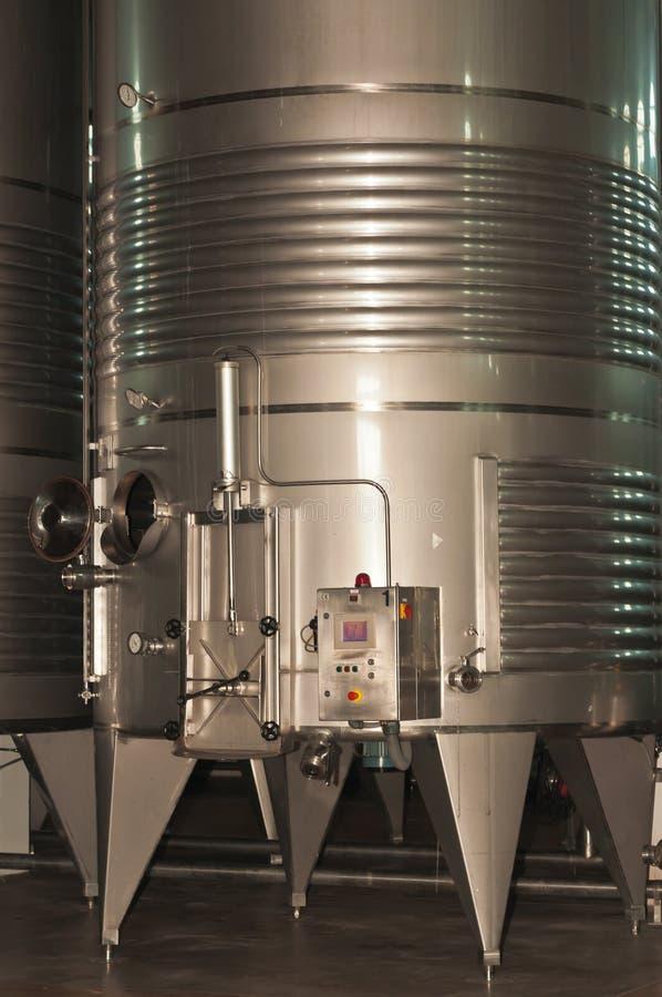 Behållare för rostfritt stålvinför kyla och avskiljande i en spansk vinkällare royaltyfri bild