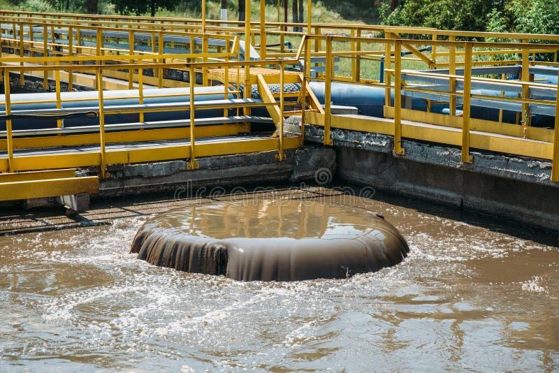 Behållare för ventilation och biologisk rening av kloak i avloppsvattenreningsverk royaltyfria foton