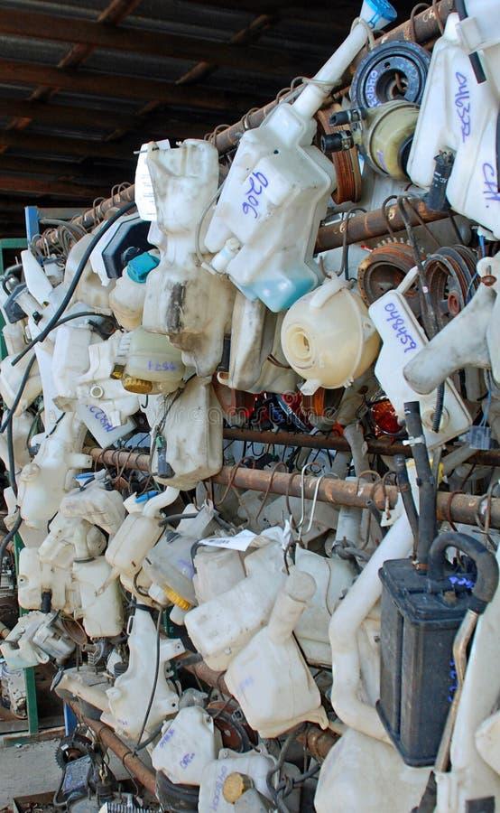 Behållare för vindrutapackningsvätska på en skrot arkivfoto