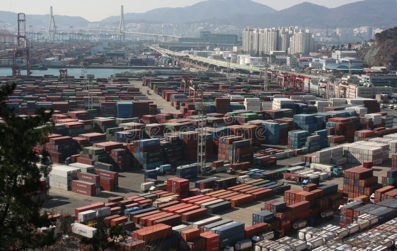 Behållare i ett portområde i Pusan royaltyfria bilder