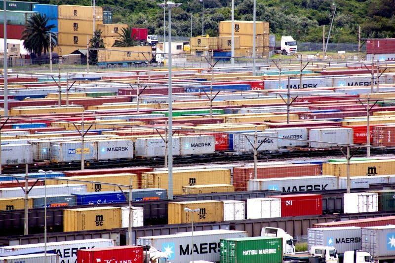 Behållare som köas och staplas på den Durban hamningången fotografering för bildbyråer