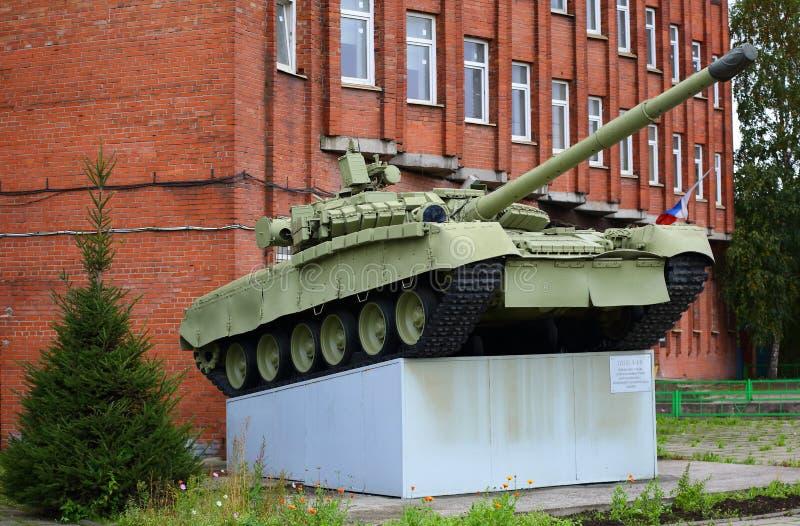 Behållare T-80 på sockeln arkivbilder