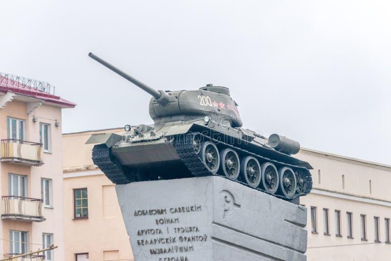 Behållare T-34/85 på sockeln Monument till Krigare-befriare i världskrig II arkivbilder
