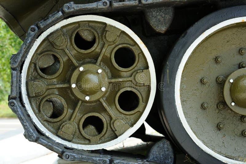 BehållareCaterpillar däckmönster med hjul arkivbilder