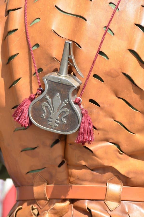 Behållareflaska för krut från en forntida medeltida soldat royaltyfria foton