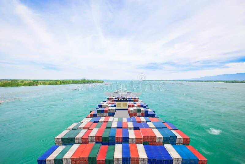 Behållarelastfartyg för flyg- sikt och kommersiell nivå för transport och logistiskt importexportbegrepp fotografering för bildbyråer