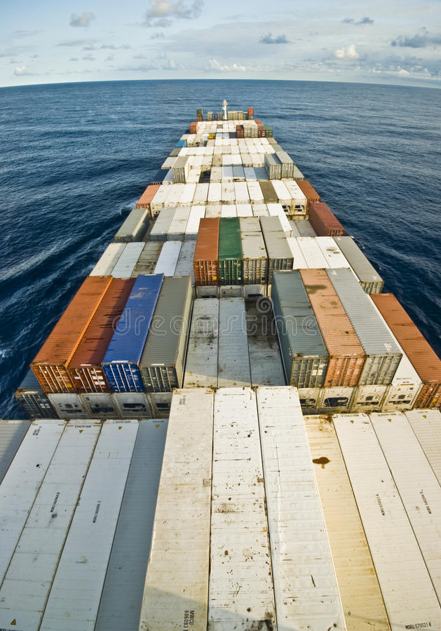 Behållarelastfartyg och horisont arkivbild