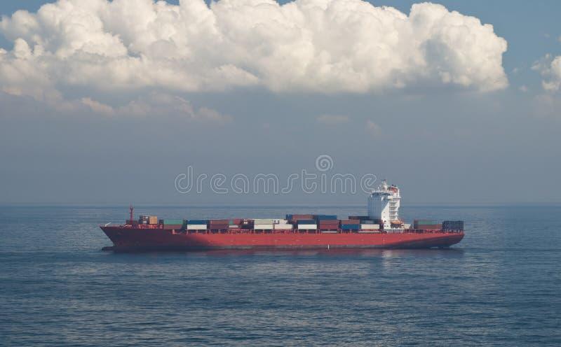 Behållarelastfartyg och horisont royaltyfri bild