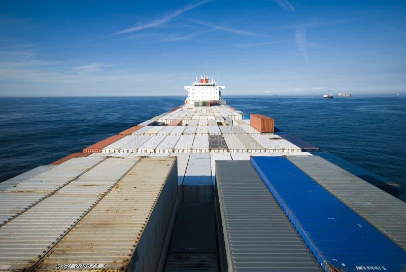 Behållarelastfartyg och horisont arkivbilder