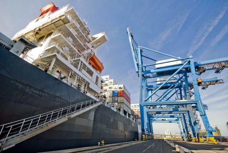Behållarelastfartyg som tillsammans med förtöjas arkivbild