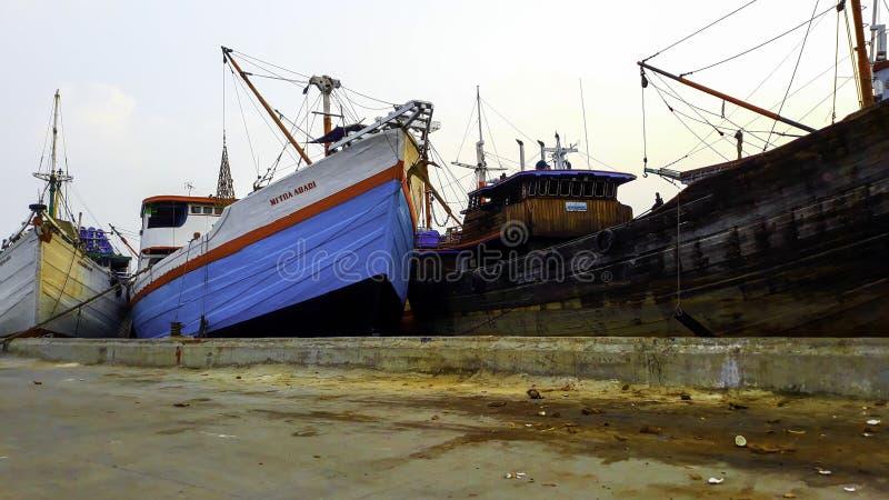 Behållareskepp i exporten och den importaffären och logistiken Leverans av last till porten med en kran På porten av Sunda royaltyfria bilder