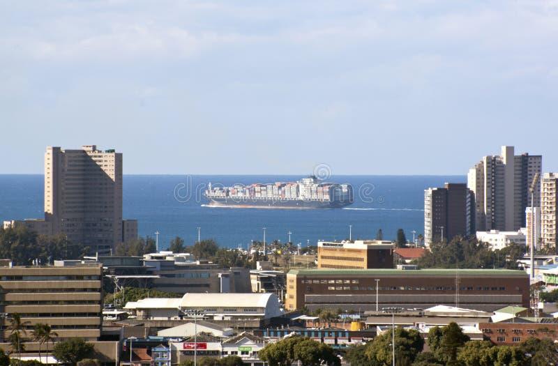 Behållareskepp i Indiska oceanen av Durban, Sydafrika arkivbilder