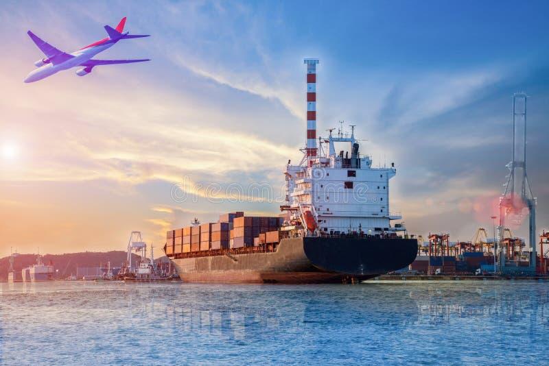 Behållareskepp i port royaltyfria foton