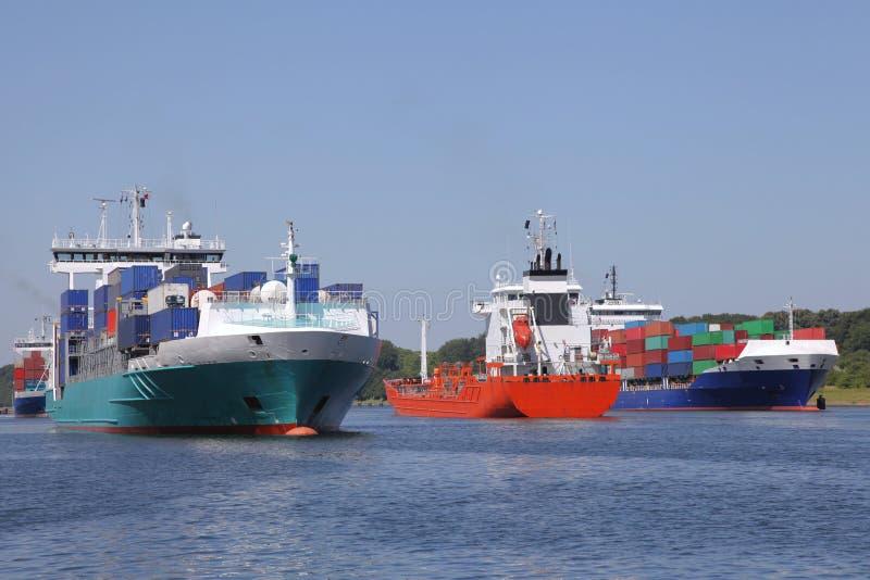 Behållareskepp och en tankfartyg på Kiel Canal royaltyfri foto