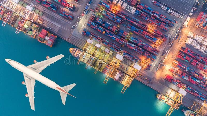 Behållareskepp och transportflygplan i exporten och importen arkivbilder