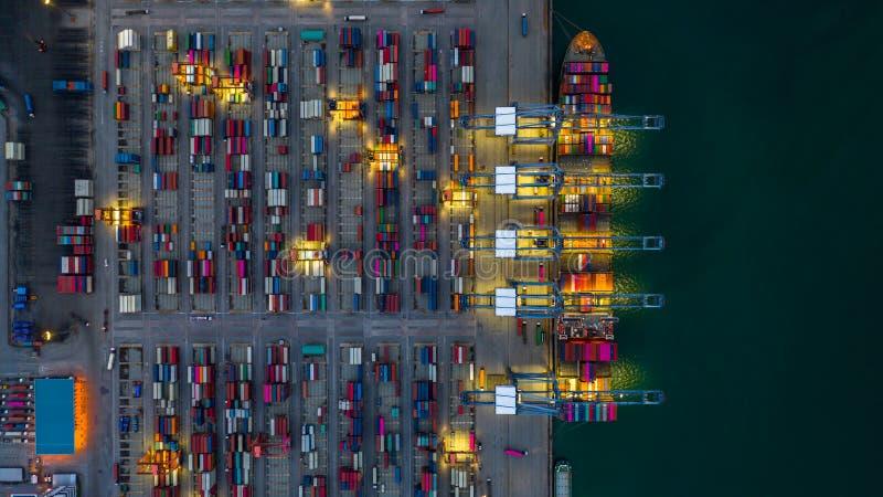 Behållareskepp som arbetar på den natt-, affärsimportexporten som är logistisk, och trans. av internationellt med behållareskeppe arkivbilder