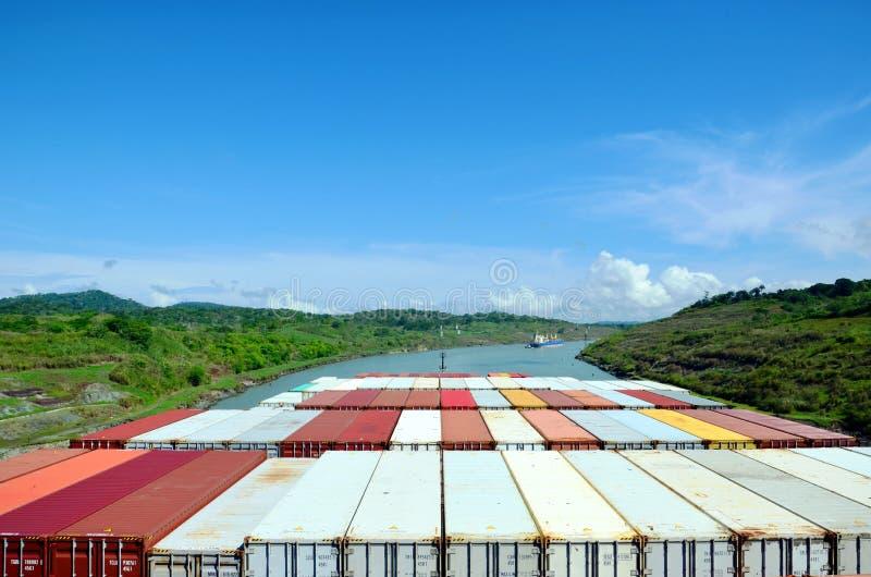 Behållareskepp som genomreser till och med den Panama kanalen arkivfoton