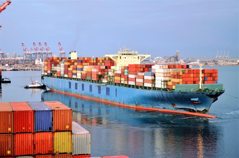 Behållareskeppet lämnar port av Long Beach, Kalifornien fotografering för bildbyråer