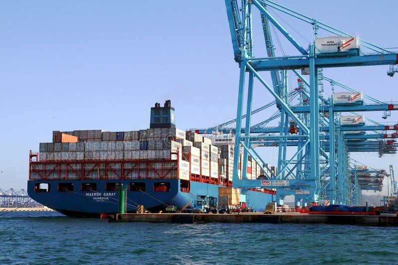 Behållareskeppet Maersk Sarat som arbetar med behållare, sträcker på halsen arkivbilder