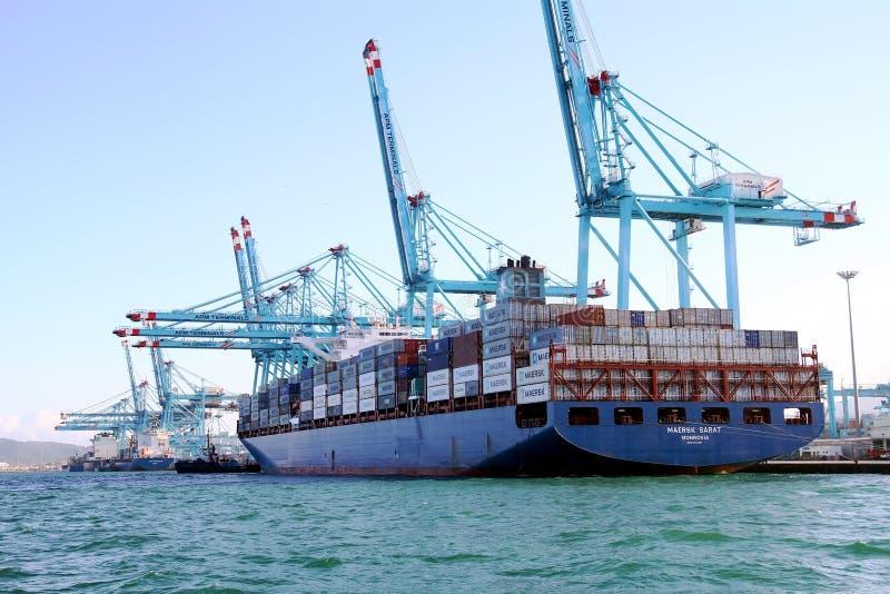 Behållareskeppet Maersk Sarat som arbetar med behållare, sträcker på halsen royaltyfria bilder
