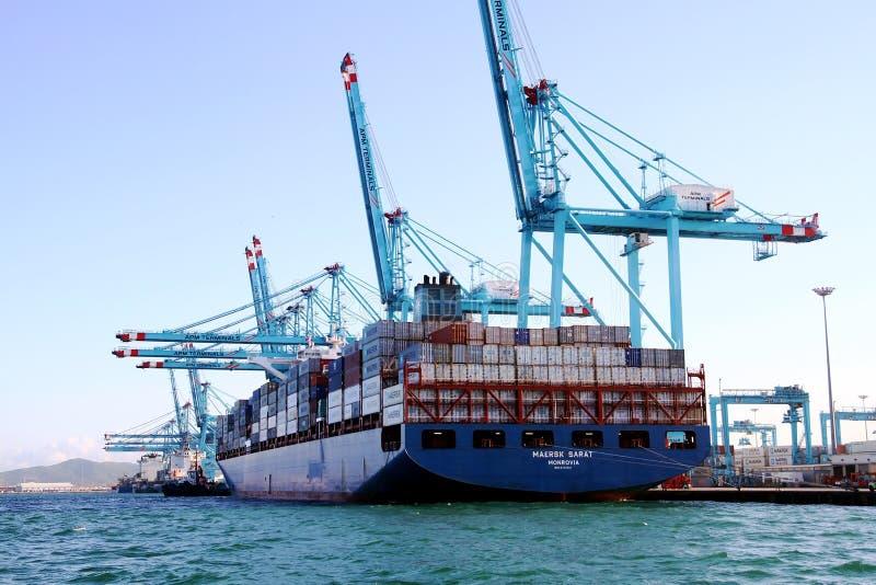 Behållareskeppet Maersk Sarat som arbetar med behållare, sträcker på halsen arkivbild