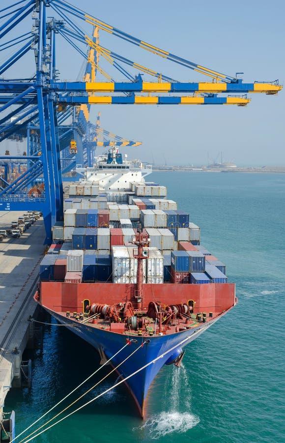 Behållareskyttel i port royaltyfria foton