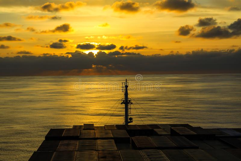 Behållareskyttel som korsar Atlanticet Ocean fotografering för bildbyråer