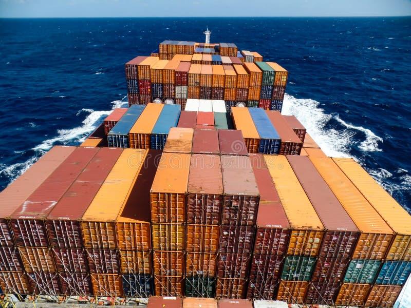 Behållareskyttel som korsar Atlanticet Ocean arkivfoton