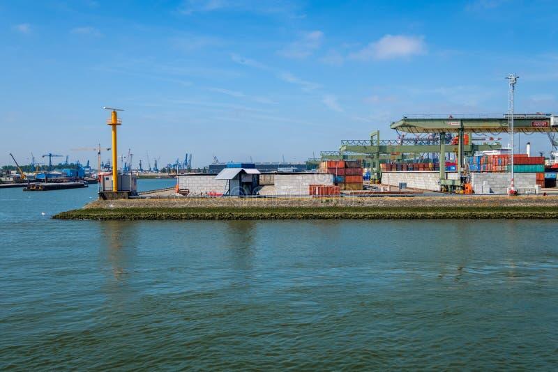 Behållareterminal som är klar för att det nästa havsbehållareskeppet ska ansluta royaltyfri fotografi