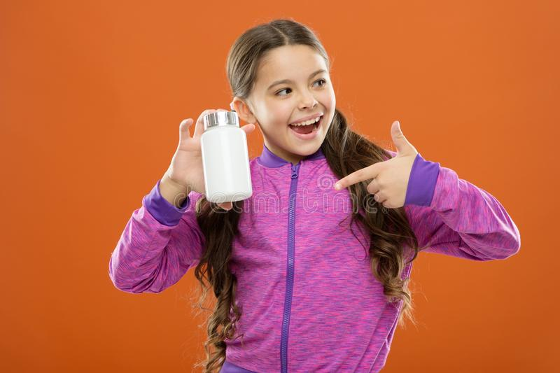 Behöv vitamintillägg Gullig flicka för barn att ta några mediciner Behandling och medicin Dekorativ etikett för design Barn arkivbilder