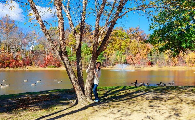 Behaarte schöne Wege auf dem See Mädchen in einem Sommerwald nahe Teich stockfotografie