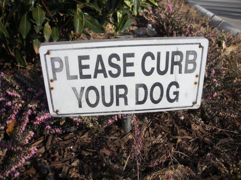 Behaga trottoarkanten ditt hundtecken, hundlydnad, NYC royaltyfri bild