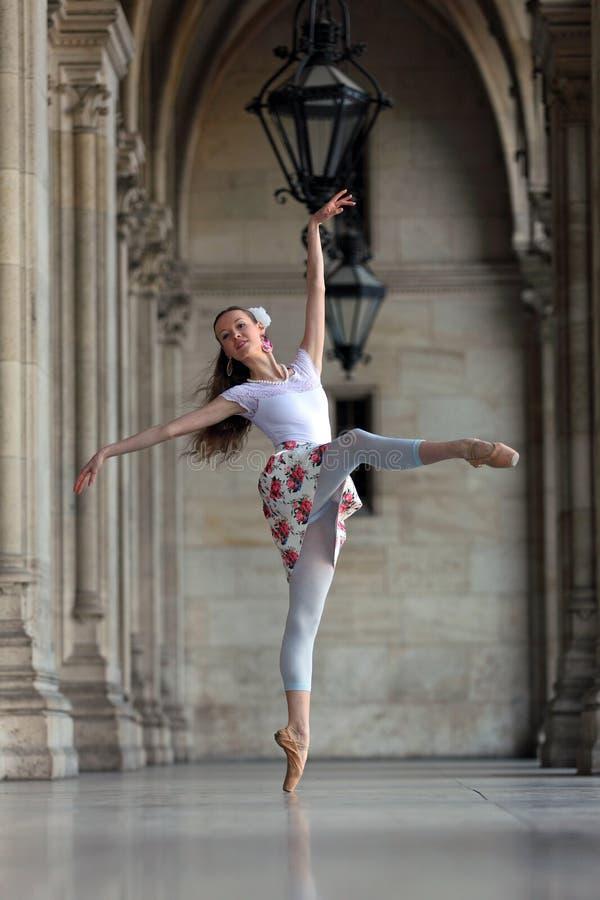 Behagfull ballerinadans i en slott royaltyfri foto