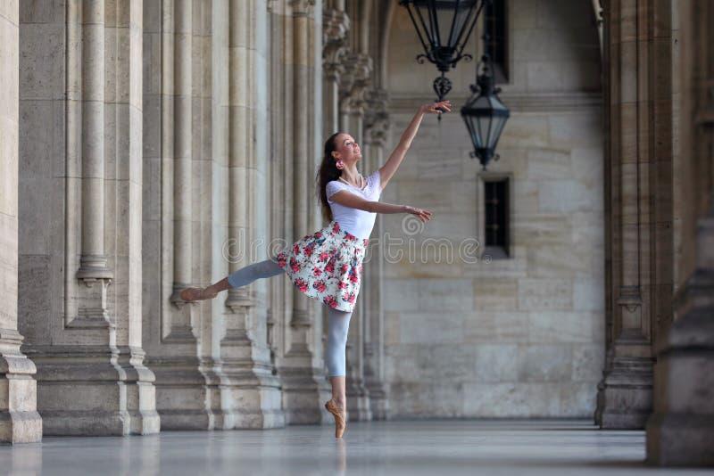 Behagfull ballerinadans i en slott royaltyfri bild