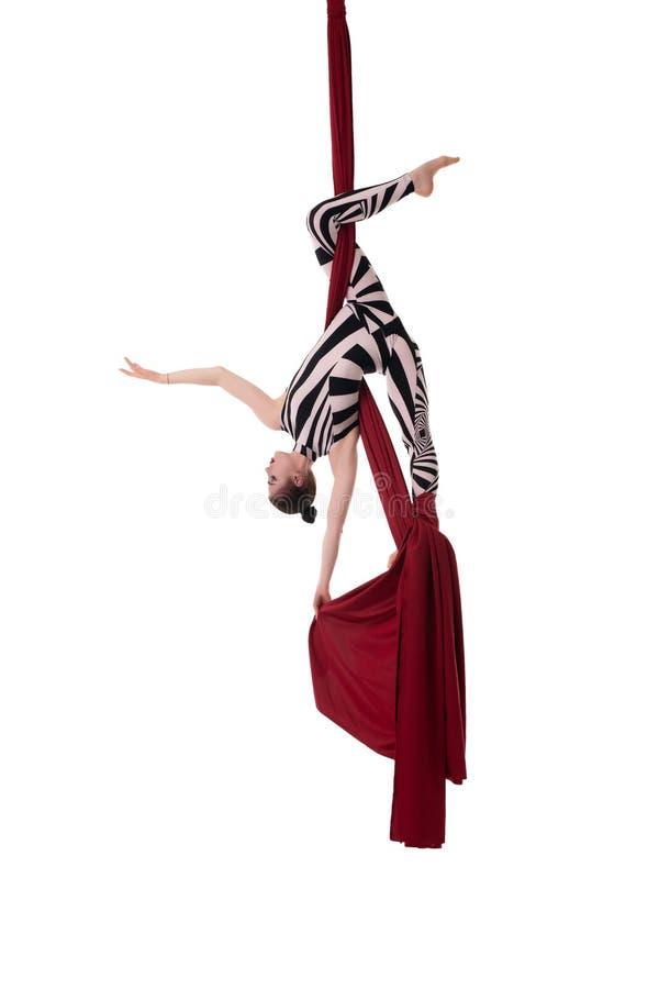 Behagfull flicka i den randiga kroppen som hänger på torkduken royaltyfria bilder