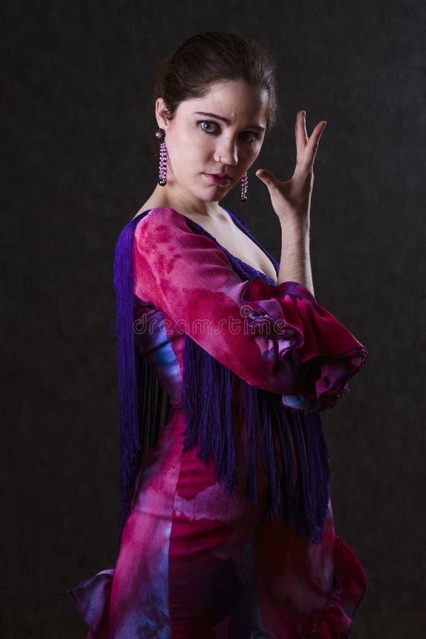 Behagfull kvinna i en magentafärgad aftonklänning fotografering för bildbyråer