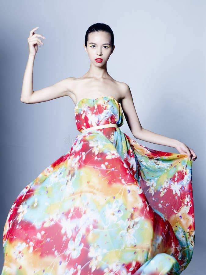 Behagfull kvinna i färgklänning arkivbilder